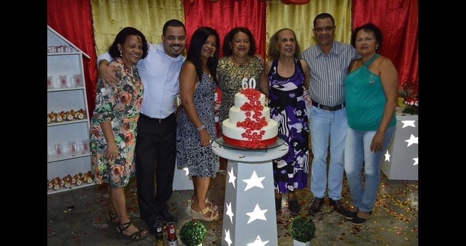 """Dona Terezinha de Jesus, de Recife (PE), rodeada pela família. """"Um exemplo de mãe amiga e tudo de bom!"""", declara o filho Vicente"""