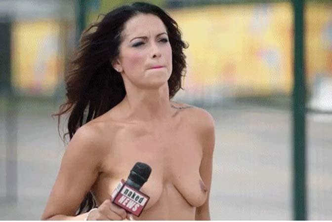 """21.jul.2015 - O canal Naked News também decidiu aproveitar que o topless é legalmente permitido em Toronto, no Canadá, para cobrir de perto o Pan-2015. As belas repórteres do site ficam do lado de fora da vila dos atletas para realizarem entrevistas e promoverem """"provas"""" com alguns dos competidores"""
