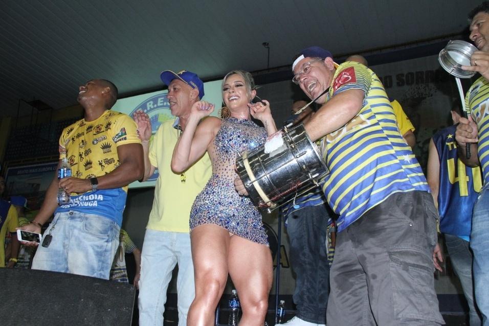 19.dez.2015 -  Juju Salimeni foi apresentada como musa da Unidos da Tijuca e quase mostrou demais quando sambou ao lado da bateria