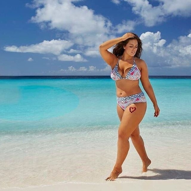 16.fev.2016 - Além de ser a primeira modelo plus-size na capa da Sports Illustrated especial, Ashley Graham foi também a primeira modelo da categoria em um anúncio na edição especial para biquínis