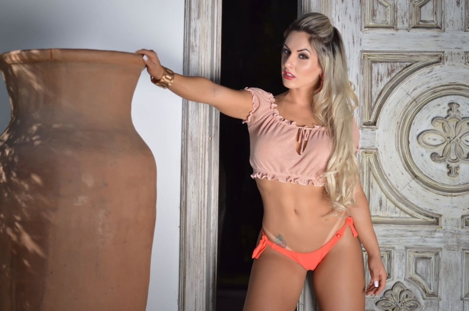 """1°.dez.2016 - Iara Ferreira disse que se inspira na sexóloga Laura Müller, que tira dúvidas sexuais no programa """"Altas Horas"""", da TV Globo"""