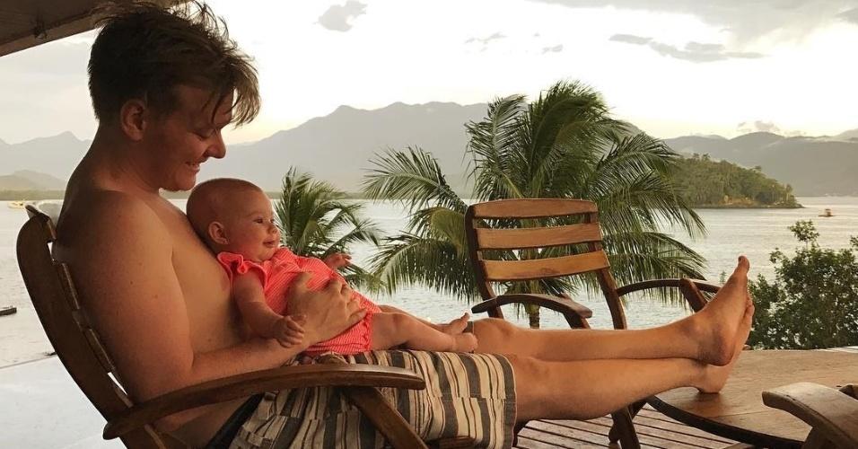 Jan.2017 - Michel Teló posa com a filha Melinda em mansão na cidade de Angra dos Reis
