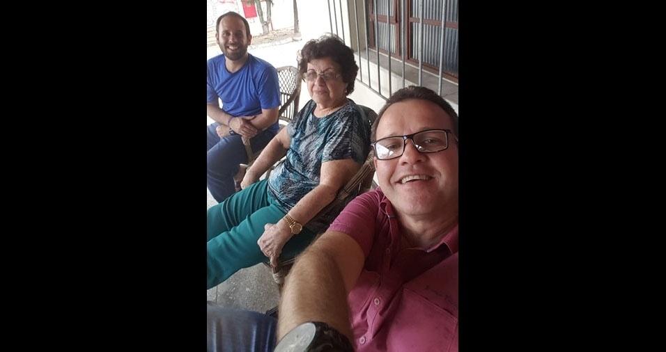 Klebson Barbosa Dantas e Anselmo Luiz com a mãe Leni Barbosa Dantas, de Ibicarai (BA)