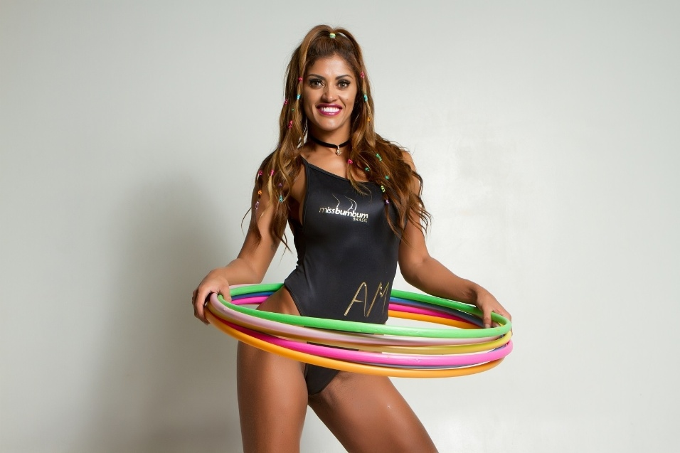"""13.out.2017 - Candidata do Amazonas no Miss Bumbum, Rosie Oliveira destacou que o treino com bambolê pode ser feito em casa e ao ar livre. """"Isso facilita minha vida com a agenda corrida"""", contou a modelo"""