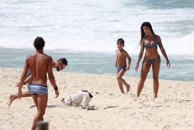 1°.abr.2016 - Aline Riscado e seu filho também brincaram com um cachorrinho durante o passeio pela praia