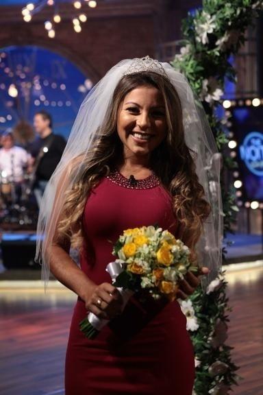 "7.abr.2016 - Andressa Ferreira, namorada de Thammy, posa vestida de noiva durante o programa ""The Noite"", do SBT"
