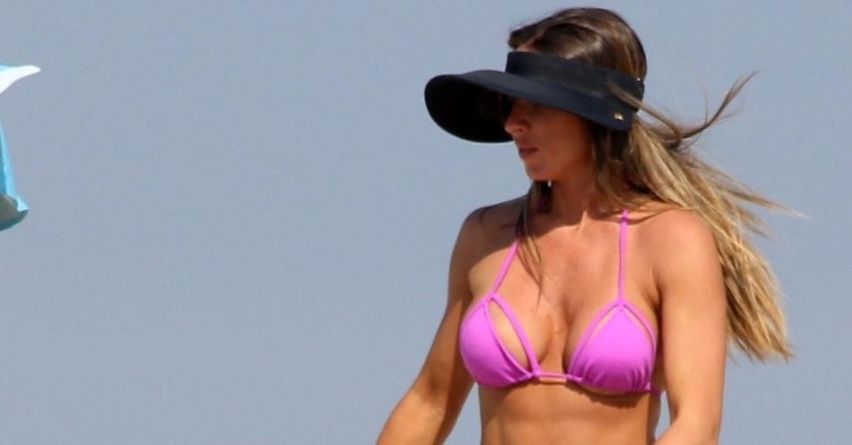 13.abr.2016 - Após várias carícias, Nicole Bahls sai do colo do noivo em praia do Rio de Janeiro