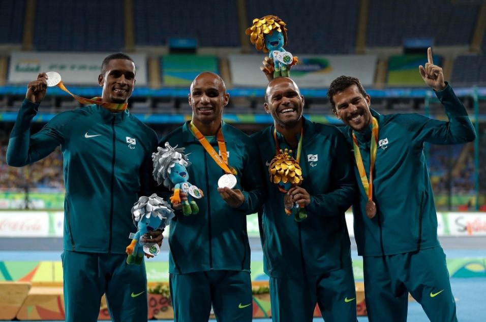 15.set.2016 - Felipe Gomes e Daniel Silva (ao centro), foram respectivamente prata e bronze na prova dos 200 metros rasos, classe T11 do atletismo. Na imagem, os guias Jonas Silva (esq.) e Heitor Sales (dir.) comemoram junto com os atletas