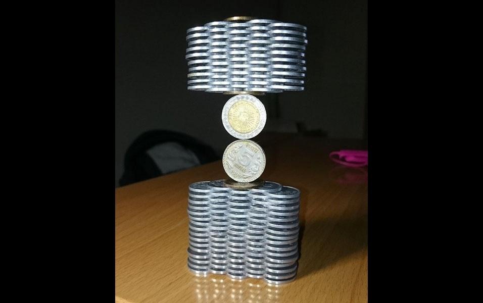 28. Escultura de moedas empilhadas