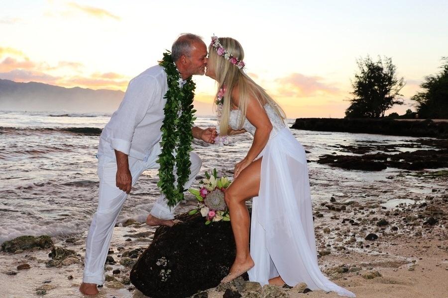 """27.jan.2017 - Kadu Moliterno e Cristianne Rodriguez se casaram pela segunda vez na última quarta-feira (25). Desta vez, a união aconteceu na Praia Puaena Point, no Havaí. """"Um sonho que se realiza, me casar no lugar perfeito com a mulher que eu amo. Dia pra lembrar para sempre, pôr do sol havaiano com altas ondas"""" disse Kadu em entrevista ao """"Ego"""""""