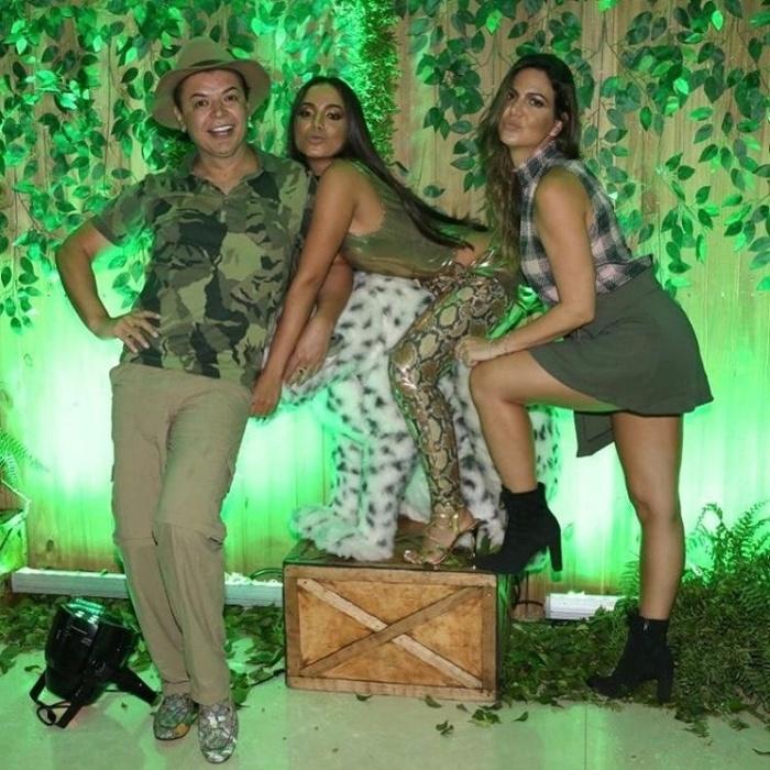 30.mar.2017 - David Brazil e Carol Sampaio (dir.) posam ao lado da aniversariante Anitta, montada sobre um animal decorativo da festa inspirada na selva