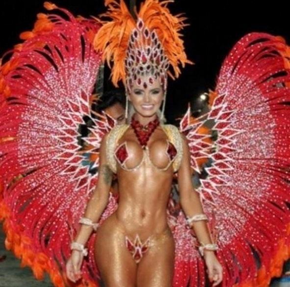 1.fev.2016 - A beldade não poupou plumas e brilho na fantasia escolhida para o desfile no Carnaval de Vitória, no Espírito Santo