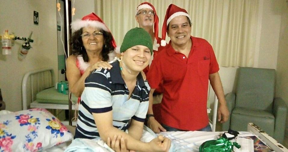 """Reginaldo Carlos da Silva Filho, do Recife (PE), conta sobre seu Natal: """"Meu Natal vai ser assim, internado tomando quimioterapia. Há 10 anos que venho lutando contra o câncer... Em janeiro, se Deus quiser, faço meu segundo transplante de medula óssea, com minha irmã que é 100% compatível comigo"""""""