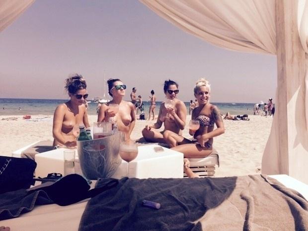 21.jul.2015 - Maria e suas amigas curtem o sol de Ibiza de topless