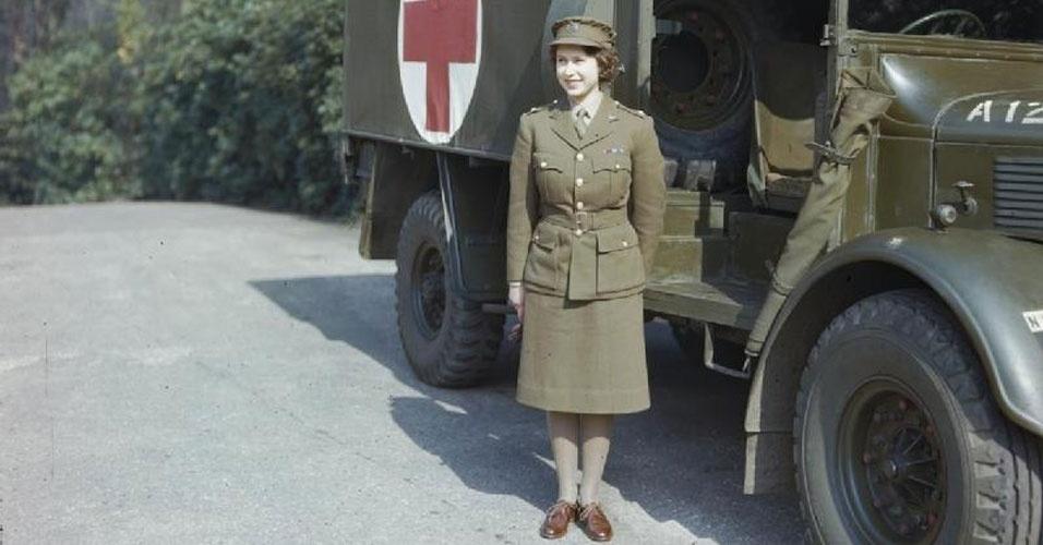 """21. Elizabeth 2ª foi a única mulher da Família Real a servir o exército. Ela foi motorista do """"Auxiliary Territorial Service"""" durante a Segunda Guerra Mundial. Mas não foi só durante a guerra que ela dirigiu. A rainha sempre gostou de dirigir seus carros"""