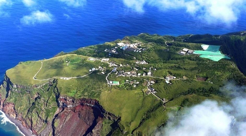 4.dez.2016 - Não, não há muita coisa para fazer em Aogashima além das trilhas. Apesar disto, o local é um refúgio e serve como definição de tranquilidade para os moradores. Geograficamente, Aogashima é um vulcão submarino, e cume está na superfície. A região tem laterais que variam de 200 a 420 metros de altura