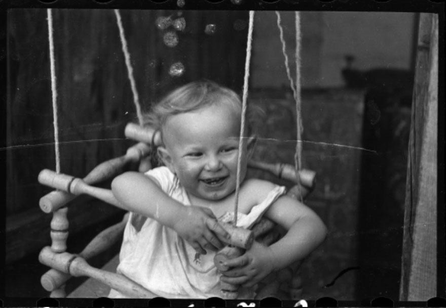 1940-1944 - Bebê brinca em balanço improvisado no gueto de Lodz, na Polônia