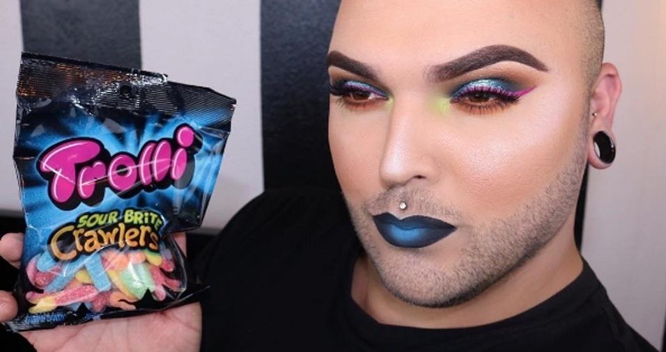 25. Para dar o tom mais escuro da embalagem, Tim optou por deixar a cor preta e azul na boca com um olhar mais colorido