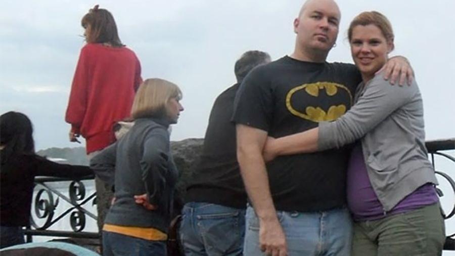 Foto de família nas Cataratas do Niágara, no Canadá, registrou o momento antes de a estudante Ayano Tokumasu (de blusa vermelha), de apenas 20 anos, tirar a própria vida ao pular nas cataratas