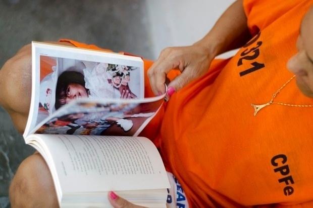Na imagem, detenta de um presídio feminino da Mata Escura, em Salvador, lê o livro