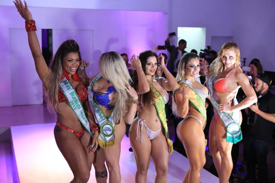 9.nov.2015 - Vencedoras do Miss Bumbum 2015 posam para os fotógrafos. Da esq. para a dir.: Daiana Oliveira (miss simpatia), Camila Gomes (vice-campeã), Suzy Cortez (campeã), Dani Sperle (terceira colocada) e Luciane Hoepers (revelação)