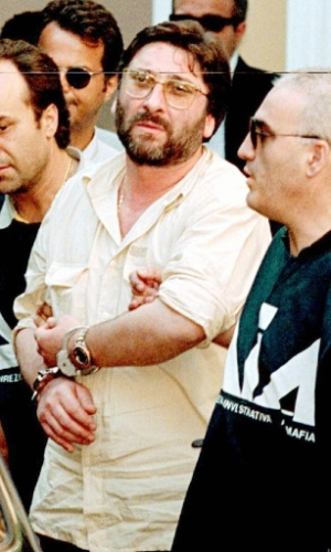 Francesco Schiavone, vulgo Sandokan, é um dos líderes da Camorra, máfia napolitana que teve origem dentro dos presídios italianos e atualmente é considerada a organização mafiosa que conta com o maior números de membros. Sandokan foi preso em 1998, na Itália, pelo crime de associação mafiosa
