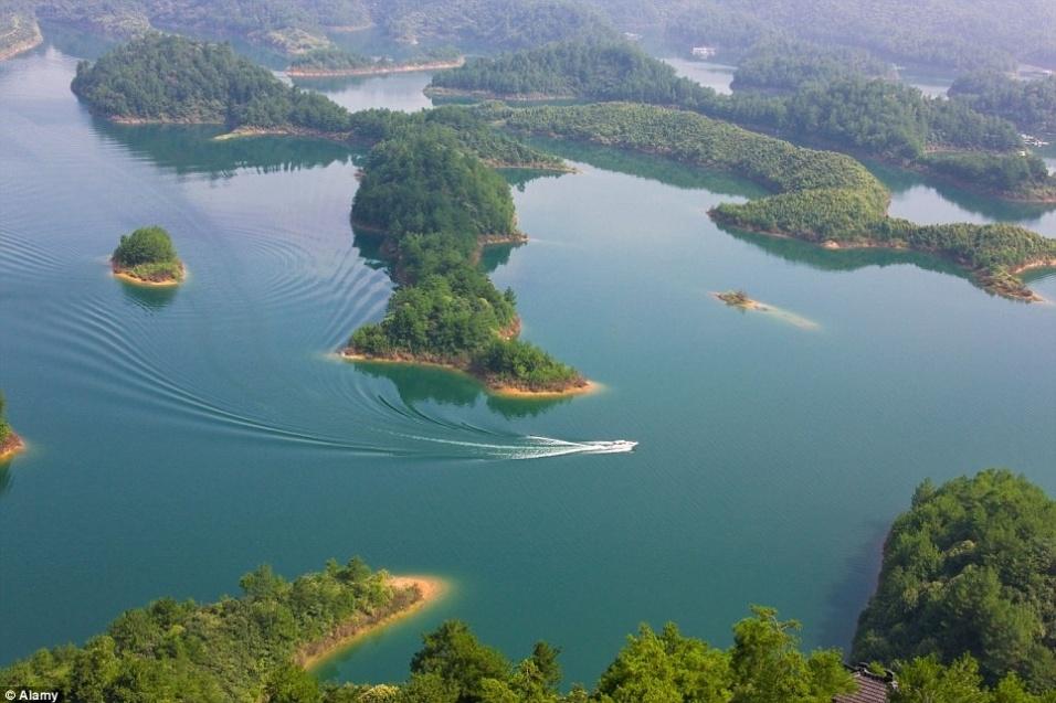 14.fev.2016 - A cidade está localizada pouco mais de 30 metros abaixo da superfície do lago da Montanha dos Cinco Leões, um dos símbolos da antiga Shi Cheng