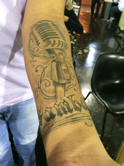 9.mai.2016 - Bebeto leva o samba na pele. Um dos integrantes do Samba da Vela, o músico tatuou no antebraço uma homenagem ao ritmo musical