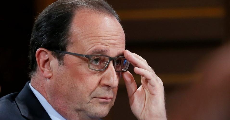 """19.mai.2016 - François Hollande, presidente francês, em conferência nesta quinta-feira no Palácio do Eliseu, na França. Em reunião de emergência, Hollande confirmou que o avião da Egyptair - que ia de Paris ao Cairo - caiu e garantiu que as circunstâncias e as causas do acidente serão analisadas. """"Nós temos o dever de saber tudo que aconteceu"""