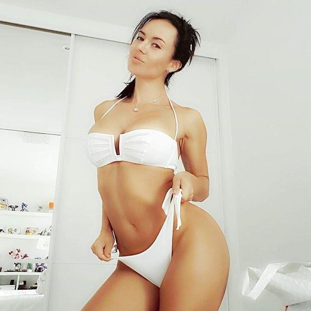 2.out.2016 - Franceska Jaimes integra o time de atrizes pornôs que são sucesso nas redes socias. Em seu Instagram, a morena usa pouca roupa e não economiza em poses indiscretas
