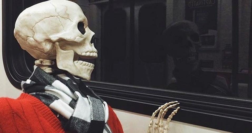 44. Aquela foto enigmática olhando pela janela do transporte