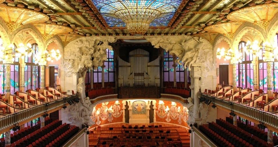 """19. O Palácio da Música Catalã, em Barcelona, foi projetado pelo arquiteto barcelonês Lluís Domènech i Montaner e construído entre 1905 e 1908 para o """"Orfeu Catalão"""". O auditório musical luxuoso foi financiado por industriais e amantes da música e tem uma beleza arquitetônica de tirar o fôlego"""