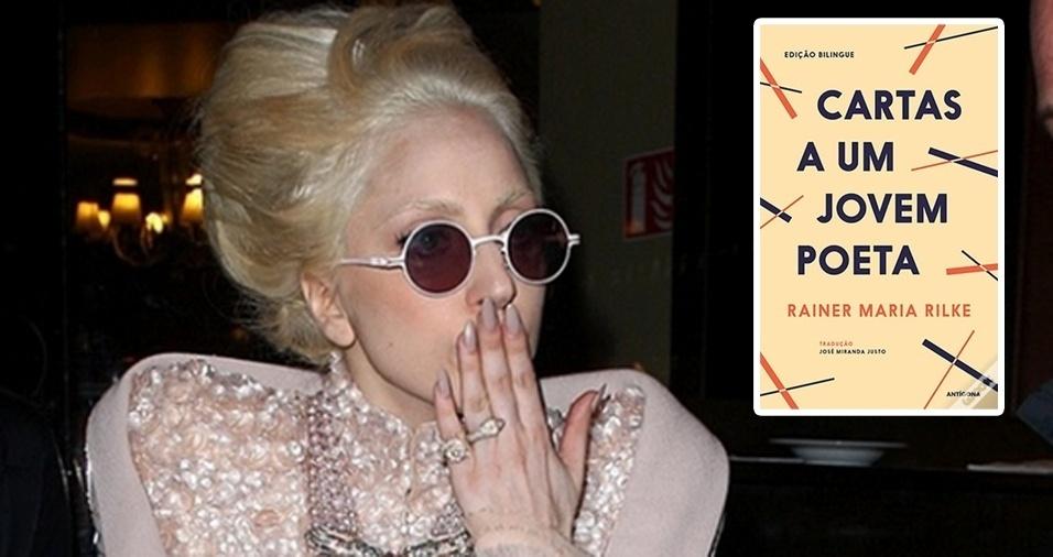"""5. O livro preferido da cantora Lady Gaga é """"Cartas a um Jovem Poeta"""", que foi escrito entre 1903 e 1908 pelo famoso escritor Rainer Maria Rilke com a intenção de responder ao jovem aprendiz Franz Kappus sobre questionamentos a respeito da escrita. Nele, o autor compartilha suas ideias sobre a necessidade de criar, Deus, sexo, entre outras. O livro foi publicado três anos após a morte de Rilke, justamente por Kappus, que considerou muito importantes as lições de vida que aprendeu com o mestre"""