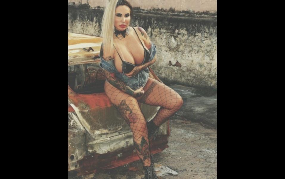 """5.out.2017 - A modelo e DJ Sabrina Boing Boing postou fotos de um ensaio """"caótico"""" e cheio de atitude. A loira contou que esse é o cenário em que mais gosta de posar. """"Adoro fotografar em lugares caóticos. Prédios abandonados, carros queimados, florestas macabras"""", disparou a musa no Instagram"""