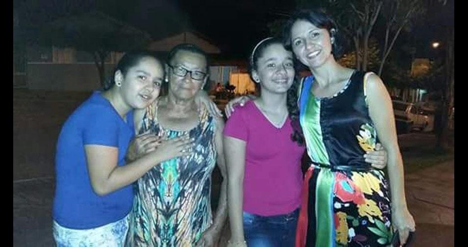 """Letícia e Lívia homenageiam a mãe Natália Vieira da Silva Oliveira e a vovó (""""segunda mãe"""") Armelintina Mendes de Oliveira, de 84 anos"""