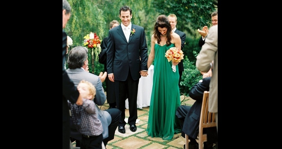 26. Combinar um tom de verde intenso com um modelo simples e discreto ajuda a balancear e cria um vestido perfeito para o casório