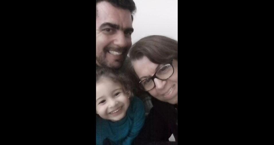 """Papai Wágner Cesar Ramos Miranda, vovó Maria Inês Ramos Miranda e a netinha Amada Aghata, """"num dia muito feliz"""" em Biritiba Mirim (SP)"""