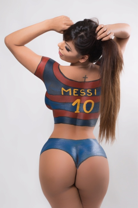 27.jan.2016 -  Miss Bumbum Brasil 2015, Suzy Cortez posou com o corpo todo pintado com as cores do Barcelona. A gata é fã do craque Lionel Messi