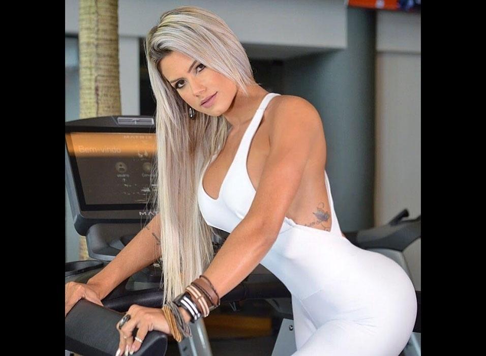 16.fev.2016 - A modelo Janaina Santucci, que já foi capa da Playboy, exibe suas belas curvas em modelitos super justos em uma campanha de moda fitness. A gata é natural de Salvador (BA)