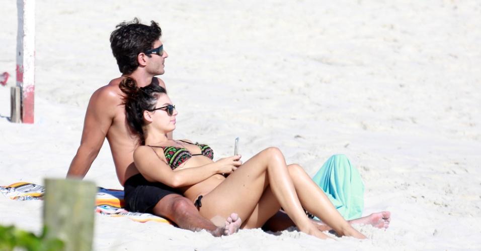 20.nov.2016 - A atriz Isis Valverde curtiu o domingo de sol ao lado do namorado, o empresário André Resende, na praia da Barra da Tijuca, no Rio de Janeiro