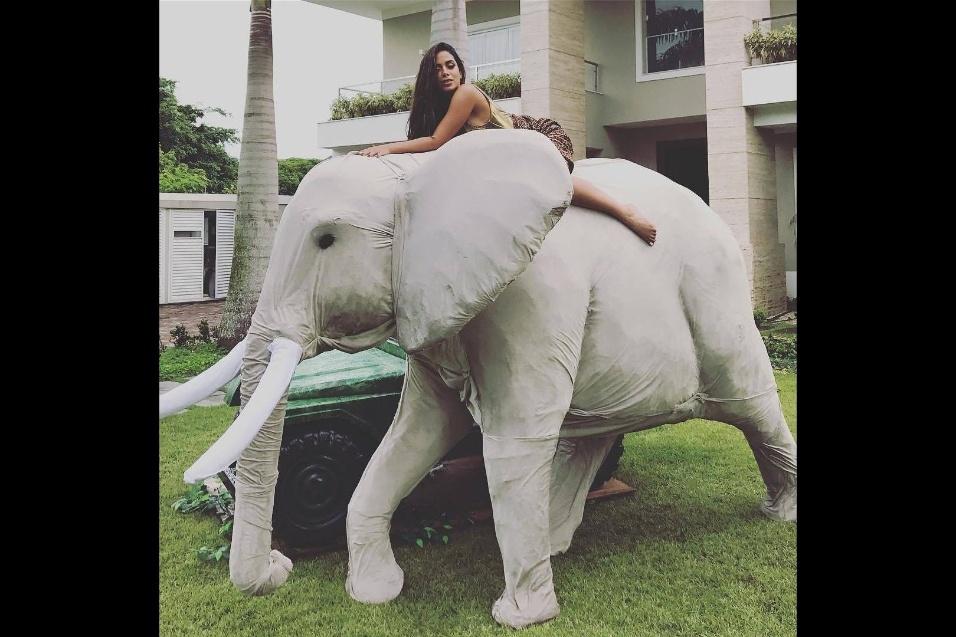 """31.mar.2017 - """"Já acabou?"""", escreveu Anitta em foto compartilhada durante a manhã. Festa de 24 anos da cantora começou na noite de quinta-feira (30)"""