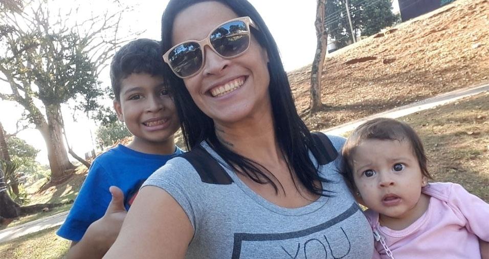 Martinha, de São Paulo (SP), com os netos Renato e Valentina