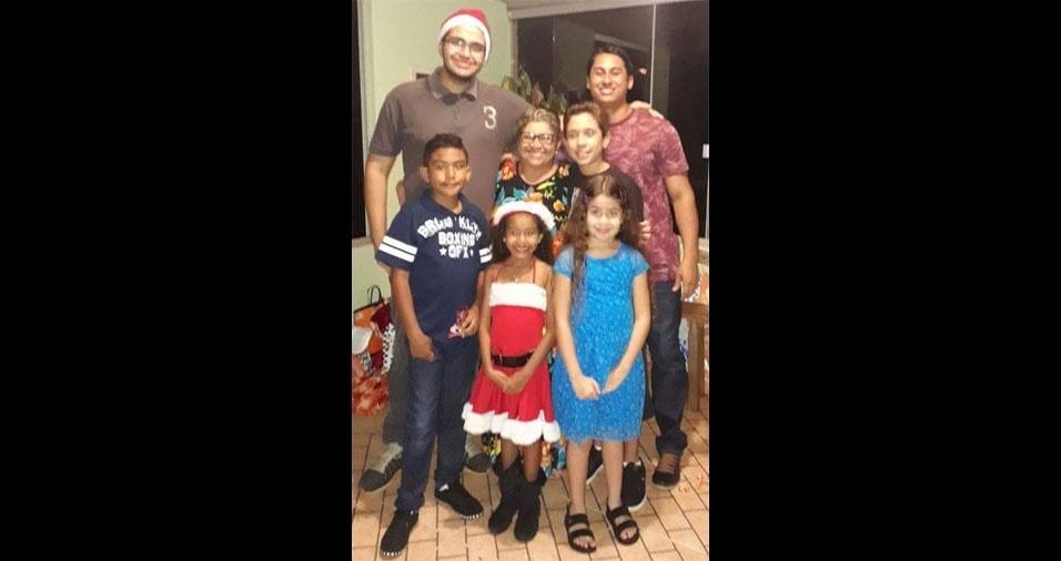 Vovó Sosó, 68 anos, com seus netos Renan, Luan, Arthur, Fernando, Alice e Janaína. Eles moram em Brasília (DF)