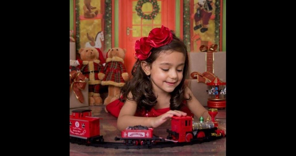 Bruno Villa enviou foto da filha Alice na decoração de Natal