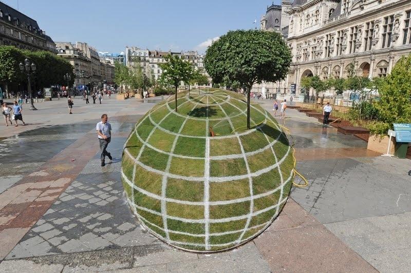 Jardim com efeito 3D instalado em uma praça em Paris, na França