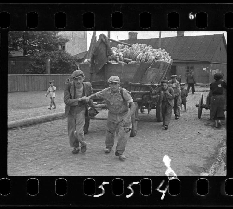 1942 - Jovens empurram carroça com suprimento de pães para distribuição entre os moradores do gueto de Lodz