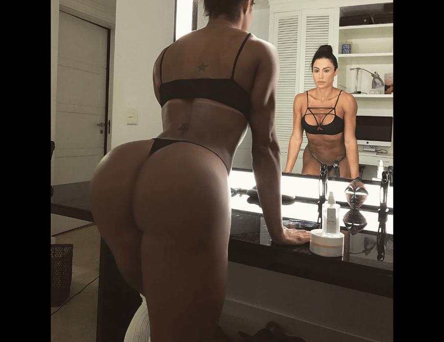 """9.mai.2017 - Gracyanne Barbosa mostra seu """"bumbum na nuca"""" em foto no Instagram"""