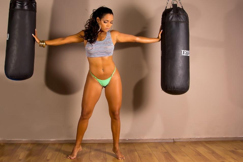 16.ago.2015 - Katiely Kathissumi, musa do Bahia, exibiu o seu corpão em um ensaio pra lá de sensual. Com um top e um biquíni bastante cavado, a gata posou ao lado de um saco de boxe