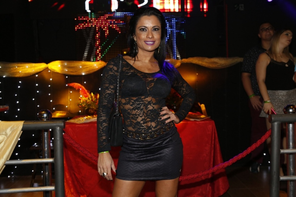 2.jun.2016 - Com um look justo e transparente, Dani Sperle chamou a atenção durante a festa de lançamento da revista Sexy da Mulher Melão