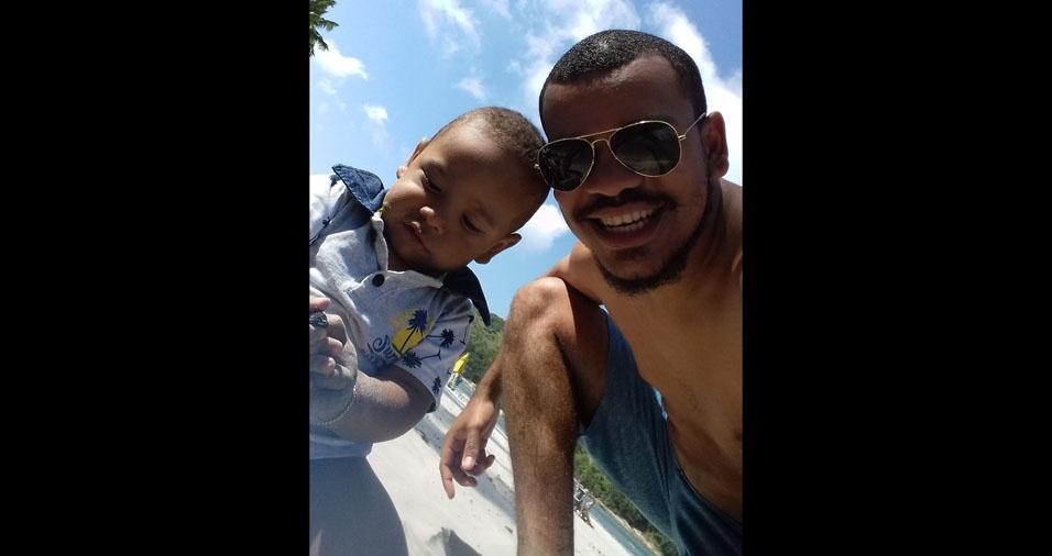 Iuri Sena com o filho Theo, do Guarujá (SP)